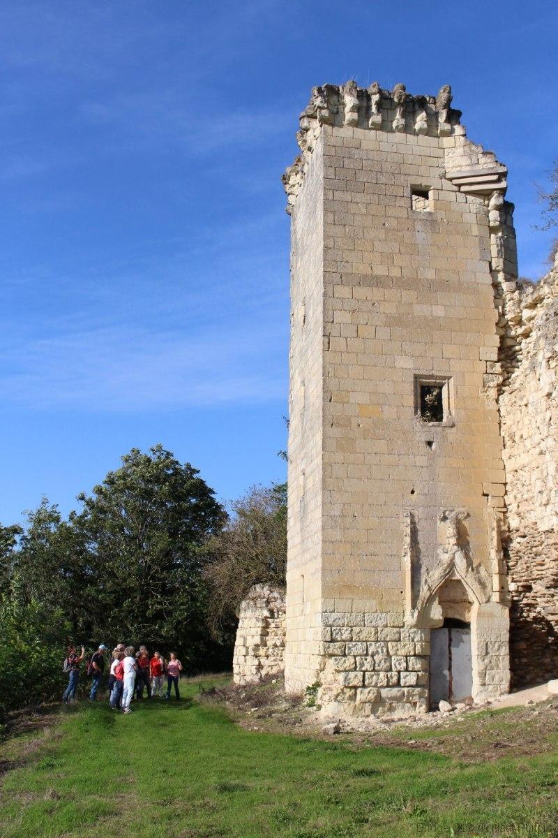 le-donjon-féodal-carré-à-contreforts-rectangulaires-Xe-siècle-XIIe-siècle