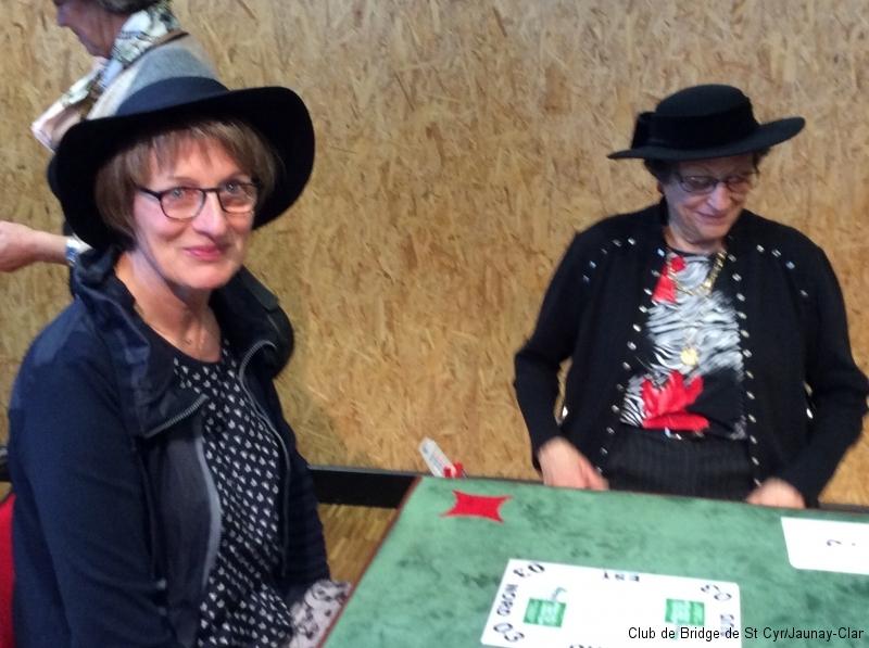 Marie-Claire et Andrée prêtes à faire feu... de bridge